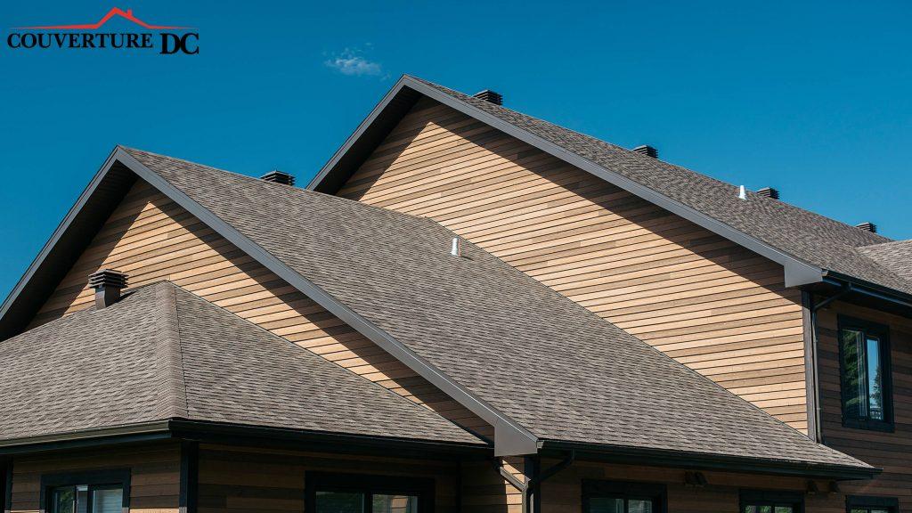 Travaux de toiture sous un ciel bleu