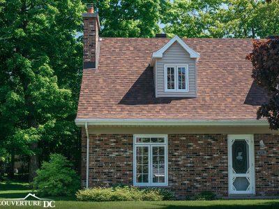 Maison en briques aux teintes de terre possédant une toiture avec la certification GAF
