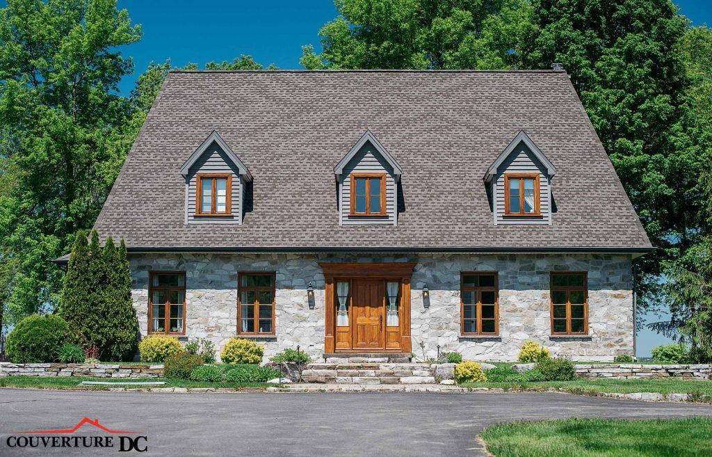Grande maison avec une toiture récente. Pour refaire sa toiture, faites appel à des experts.