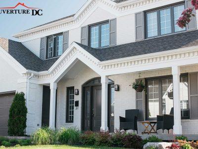 Prolonger la durée de vie de votre toiture comme l'exemple de cette sublime villa moderne de couleur blanche très bien entretenue.