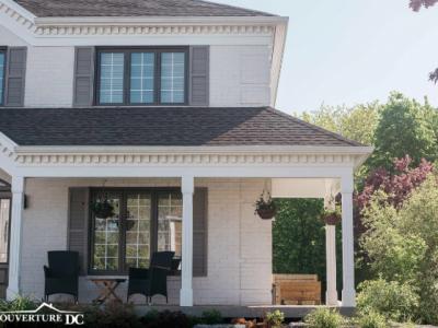 Faites un entretien adéquat de votre couverture de toit comme l'exemple de cette belle maison blanche avec un toit de bardeaux