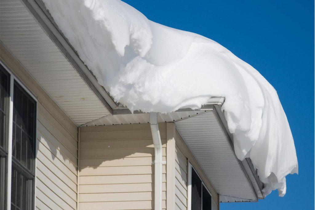 bordure de toit avec une accumulation de neige